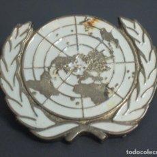Militaria: EMBLEMA METÁLICO ONU CASCOS AZULES PARA BOINA. Lote 79072945