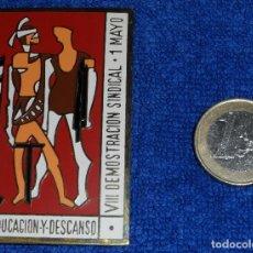 Militaria: INSIGNIA VIII DEMOSTRACIÓN SINDICAL - 1 MAYO 1965 - O.S. EDUCACIÓN Y DESCANSO. Lote 81284504