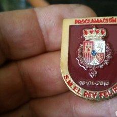 Militaria: DISTINTIVO DE PROCLAMACIÓN DE SU MAJESTAD EL REY FELIPE VI. Lote 169875489