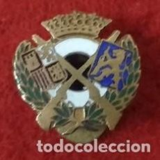 Militaria: ANTIGUA INSIGNIA ESMALTADA AL FUEGO DE OJAL. ESCUDO ESPAÑA , LEON CON RIFLE , DOS RIFLES Y DIANA .. Lote 86800340