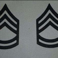 Militaria: US. ARMY. PAREJA DE INSIGNIAS METALICAS DE SARGENTO DE PRIMERA PARA EL CUELLO. Lote 148279422
