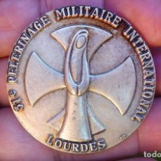 Militaria: ANTIGUA INSIGNIA MILITAR FRANCESA. 31 PELERINAGE MILITAIRE INTERNATIONAL. LOURDES MARCAJE: FIA-LYON.. Lote 93037965