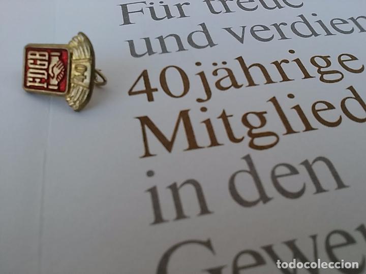 Militaria: Certificado e insignia original de la desaparecida Alemania Oriental. 1989. (B2) - Foto 2 - 94942231