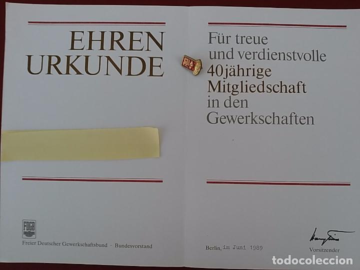 Militaria: Certificado e insignia original de la desaparecida Alemania Oriental. 1989. (B2) - Foto 3 - 94942231