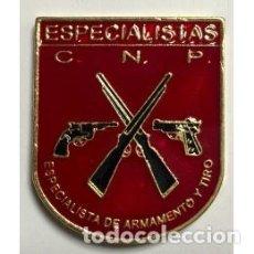 Militaria: DISTINTIVO METÁLICO ESPECIALISTAS EN ARMAMENTO Y TIRO. Lote 95200251