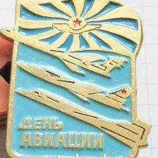 Militaria: INSIGNIA PIN SOVIETICO .DIA DEL AVIASION SOVIETICA .URSS. Lote 98893219