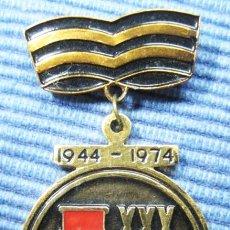 Militaria: INSIGNIA PIN SOVIETICO .30 ANOS DEL ALIBERACION SEVASTOPOL .URSS. Lote 101907535