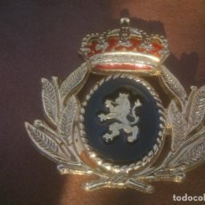 Militaria: ANTIGUA INSIGNIA LAUREADA CON LEON EN NEGRO CORONA REAL ESMALTADO. Lote 103862247