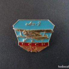 Militaria: INSIGNIA DE SOLAPA AVION AH-2 . ANTONOV AN-2.EL MAYOR BIPLANO MONOMOTOR . URSS. SIGLO XX. Lote 110137839