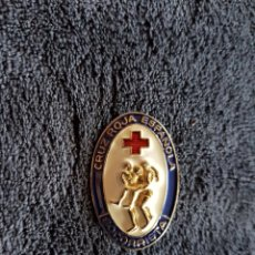 Militaria: INSIGNIA CRUZ ROJA SOCORRISTA AZUL. Lote 110792610