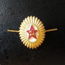 Militaria: INSIGNIA, ESCARAPELA PARA GORRA DE OFICIAL RUSO, URSS. ORIGINAL DE ÉPOCA.. Lote 111708759