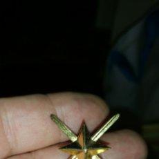 Militaria: DISTINTIVO PARA GORRA DE GENERAL AÑOS 70 80. Lote 113518556
