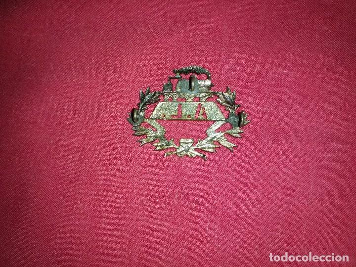 Militaria: INTERESANTE INSIGNIA DE GORRA DE FERROCARRIL EPOCA ALFONSO XIII - LÍNEA ALCANTARILLA - LORCA - Foto 2 - 119038543