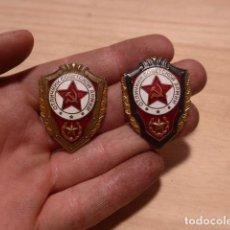 Militaria: LOTE 2 ANTIGUA INSIGNIA DISTINTOS MODELOS DE EXCELENTE SOLDADO DE LA URSS COMUNISTA. ORIGINALES.. Lote 119954047