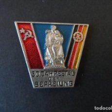 Militaria: INSIGNIA DE SOLAPA 30º ANIVERSARIO DE LA LIBERACION. ALEMANIA. DDR-RDA. AÑO 1975. Lote 122765459