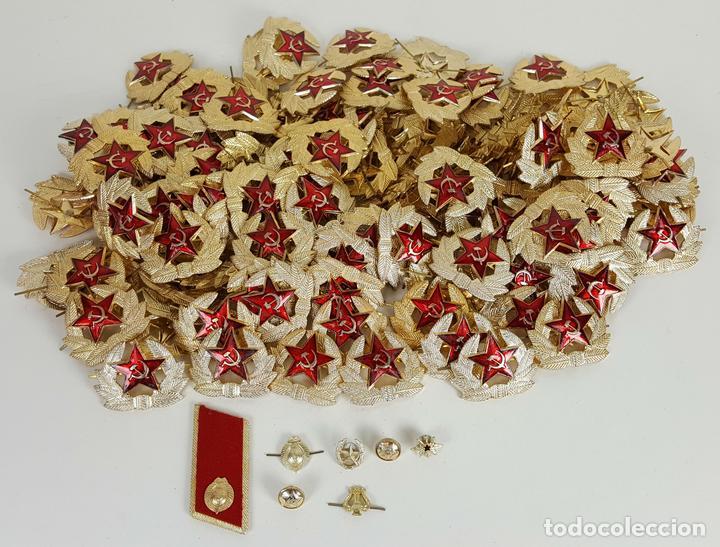 COLECCIÓN DE 140 INSIGNIAS MILITARES RUSAS PARA GORRO USHANKA. CIRCA 1950. (Militar - Insignias Militares Internacionales y Pins)