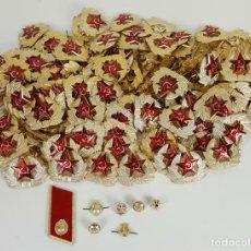 Militaria: COLECCIÓN DE 140 INSIGNIAS MILITARES RUSAS PARA GORRO USHANKA. CIRCA 1950. . Lote 127200659