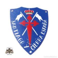 Militaria: ESCUDO INSIGNIA , PLACA DE BRAZO ,CABALLERÍA , SANTIAGO Y CIERRA ESPAÑA. Lote 146561636