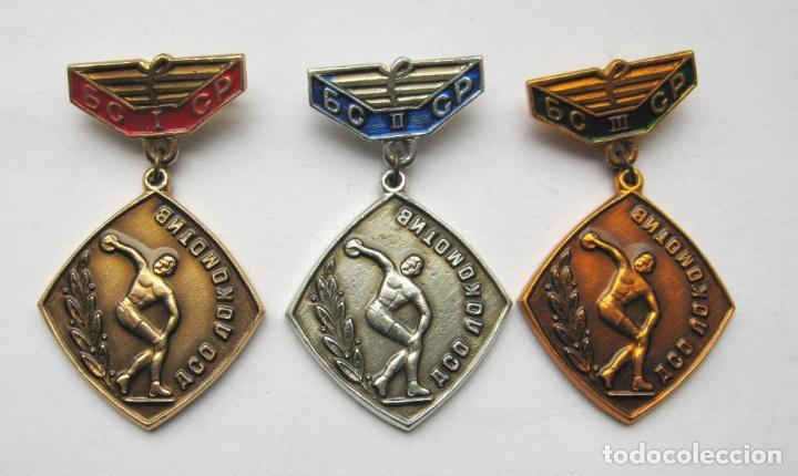 LOTE TRES INSIGNIAS SOVIETICAS .TEMATICA-LOCOMOTIV BELARUSIA.URSS (Militar - Insignias Militares Extranjeras y Pins)