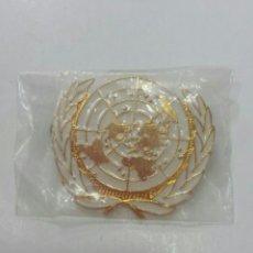 Militaria: CHAPA DE BOINA ONU ENGANCHE 2 PINES NUEVA. Lote 130185450