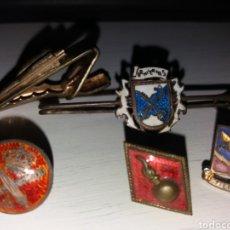 Militaria: LOTE DE ANTIGUOS PINS, BROCHE Y PISACORBATA MILITARES - ARTILLERÍA, ETC.... Lote 131656949