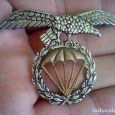 Militaria: PARACAIDISMO INSIGNIA EMBLEMA AGUILA SOBRE PARACAIDAS ENTRE LAURELES . Lote 131892326