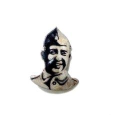 Militaria: INSIGNIA CON CARA DE FRANCO FABRICADA POR MALDE. Lote 132688654