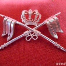 Militaria: ANTIGUO DISTINTIVO EN PLATA DE CABALLERIA EPOCA DE ALFONSO XII, PARA CUBRE CABEZAS. Lote 135888174