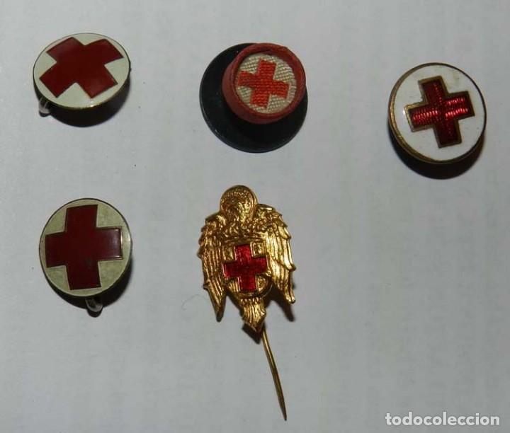 5 INSIGNIAS DE SOLAPA, CRUZ ROJA, TAL Y COMO SE VE EN LAS FOTOGRAFIAS PUESTAS. (Militar - Insignias Militares Españolas y Pins)