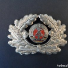Militaria: PLACA GORRA DE OFICIAL DE LA ALEMANIA ORIENTAL. DDR-NVA. AÑOS 1955-90. Lote 139646530