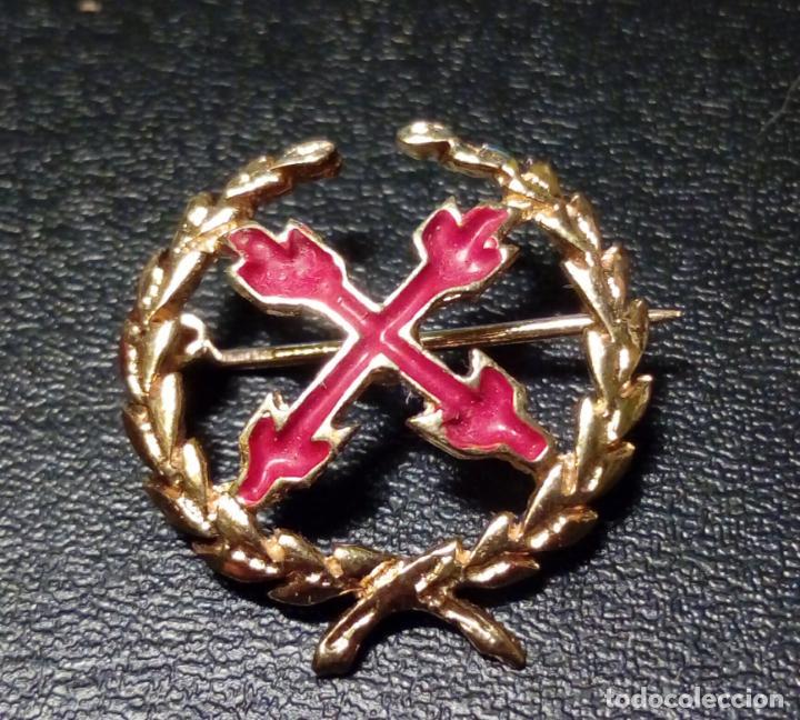PIN DE AGUJA INSIGNIA CARLISTA . ORO 18K - 3GR. CRUZ DE BORGOÑA LAUREADA - ALFILER (Militar - Insignias Militares Españolas y Pins)
