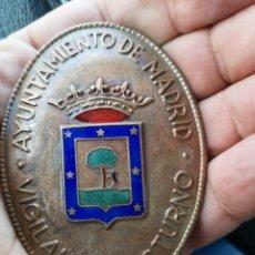 Militaria: CHAPA O PLACA DE VIGILANTE NOCTURNO DEL AYUNTAMIENTO DE MADRID ÉPOCA FRANCO. Lote 175681513