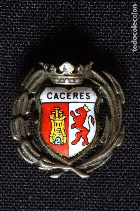 CACERES ANTIGUA INSIGNIA ESMALTADA DE SOLAPA (Militar - Insignias Militares Españolas y Pins)