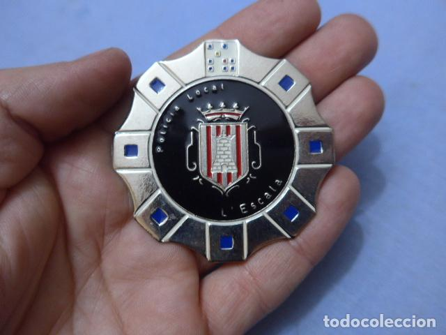 * PLACA DE POLICIA DE L'ESCALA, VERSION PLATEADA, CATALUNYA, ORIGINAL. ESCALA. ZX (Militar - Insignias Militares Españolas y Pins)