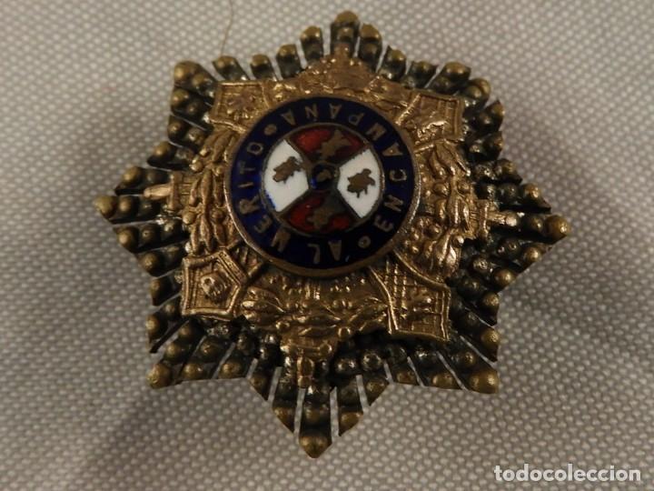 Militaria: ANTIGUA INSIGNIA MILITAR ESMALTADA AL MERITO EN CAMPAÑA EN PLATA Y PLATA DORADA - Foto 2 - 153757986