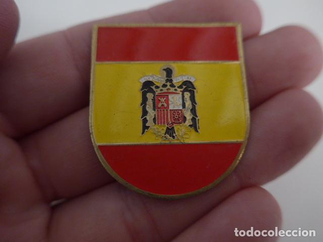 Militaria: Antigua insignia con bandera española y escudo franquista, original. - Foto 2 - 156338430