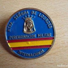 Militaria: EMBLEMA PEREGRINACIÓN MILITAR INTERNACIONAL. NUESTRA SEÑORA DE LOURDES. Lote 158860606