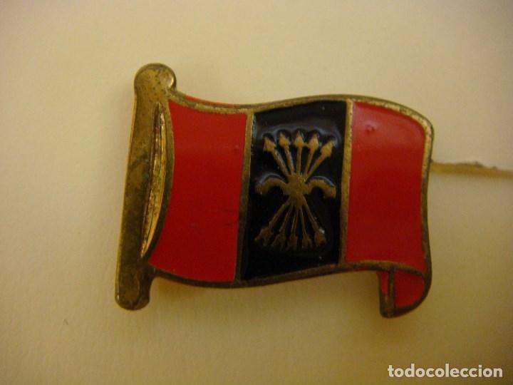 INSIGNIA DE OJAL DE LA BANDERA DE FALANJE (Militar - Insignias Militares Españolas y Pins)