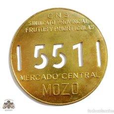 Militaria: CHAPA DE MOZO, MERCADO CENTRAL, SINDICATO PROVINCIAL FRUTOS Y P.HORTICOLAS - Nº 551. Lote 166138982