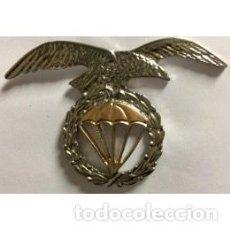 Militaria: ESTUPENDO EMBLEMA EN METAL DE LA BRIGADA PARACAIDISTAS EN COLOR PLATA Y ORO. Lote 166193569