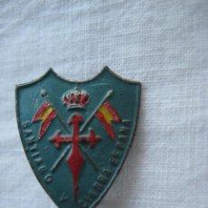 Militaria: RARA ANTIGUA PEQUEÑA INSIGNIA, EMBLEMA, PIN METÁLICO CABALLERÍA CON CRUZ DE SANTIAGO CORONADA, LEER. Lote 166201690