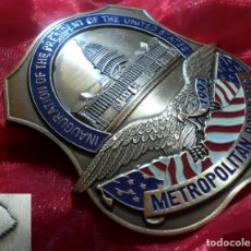 Militaria: INSIGNIA PLACA DE LA POLICIA AMERICANA METROPOLITANA EN LA INAUGURACION DEL PRESIDENTE BILL CLINTON. Lote 203115098