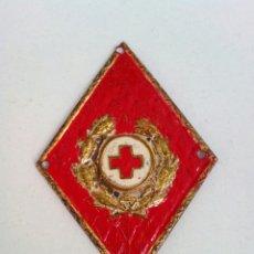 Militaria: ANTIGUO EMBLEMA DISTINTIVO CRUZ ROJA ROMBO EN METAL DE SOLAPA. Lote 167554678