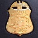 Militaria: BONITA INSIGNIA PLACA DE POLICIA AMERICANA DEL FBI EN U.S.A ESTADOS UNIDOS CON SU CARTERA. Lote 167976012