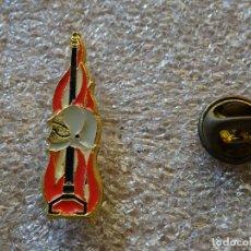 Militaria: PIN INSIGNIA DE BOMBEROS. FUEGO Y CASCO. DOBLE PIN. Lote 169782180