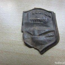 Militaria: INSIGNIA AUXILIO SOCIAL LÉRIDA HACIA 1939. Lote 170287412