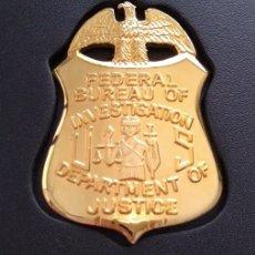 Militaria: BONITA INSIGNIA PLACA DE POLICIA AMERICANA DEL FBI EN U.S.A ESTADOS UNIDOS CON SU CARTERA. Lote 170559637