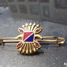 Militaria: INSIGNIA DE IMPERDIBLE YUGO Y FLECHAS,FUERZA NUEVA Y CARLISTA. Lote 173015348