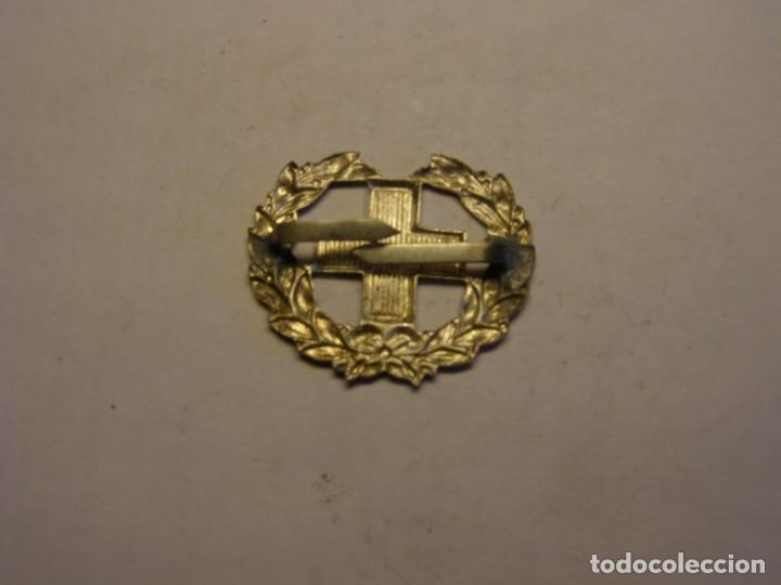 Militaria: Insignia antigua de la cruz roja, de gorra, hombreras, o cuello. - Foto 2 - 175475342