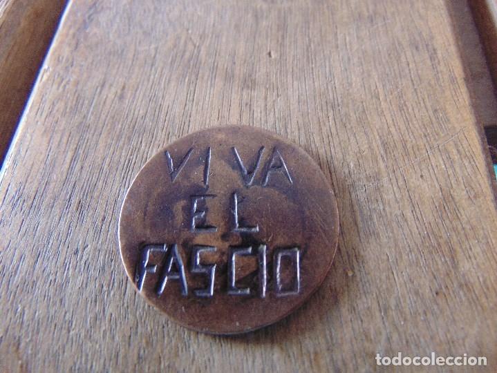 GUERRA CIVIL MONEDA GASTADA CON LA LEYENDA VIVA EL FASCIO 30 MM DE DIAMETRO (Militar - Insignias Militares Españolas y Pins)
